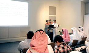Những người tham gia tham gia một bài thuyết trình trong sự kiện.
