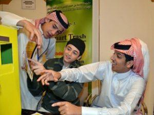 Là một phần của dự án thiết kế kỹ thuật cho Mô-đun pin mặt trời nhuộm MWM, học sinh lớp 11 người Qatar sử dụng bộ phận kiểm duyệt để tạo ra một thùng rác thông minh có thể tự mở.